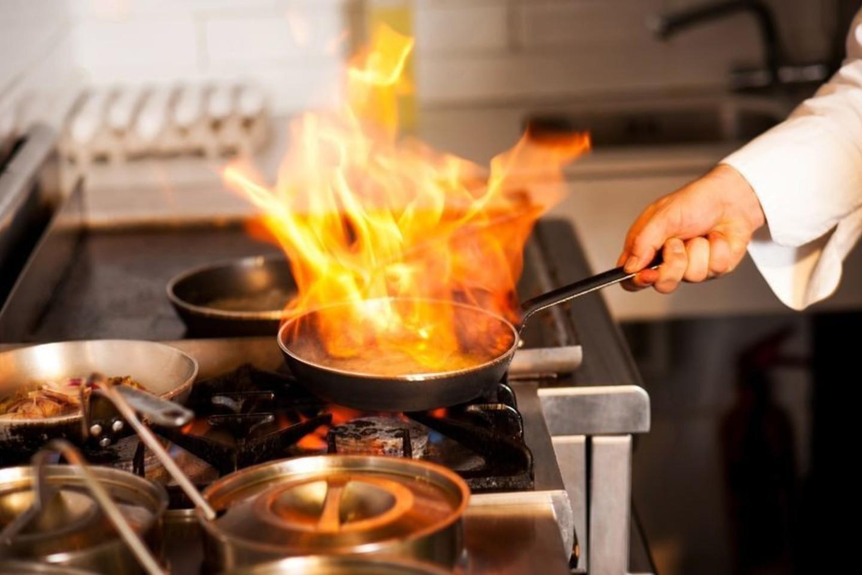 Nedidelį gaisrą virtuvėje užgesinsite ant ugnies židinio užbėrę druskos.<br>123rf nuotr.