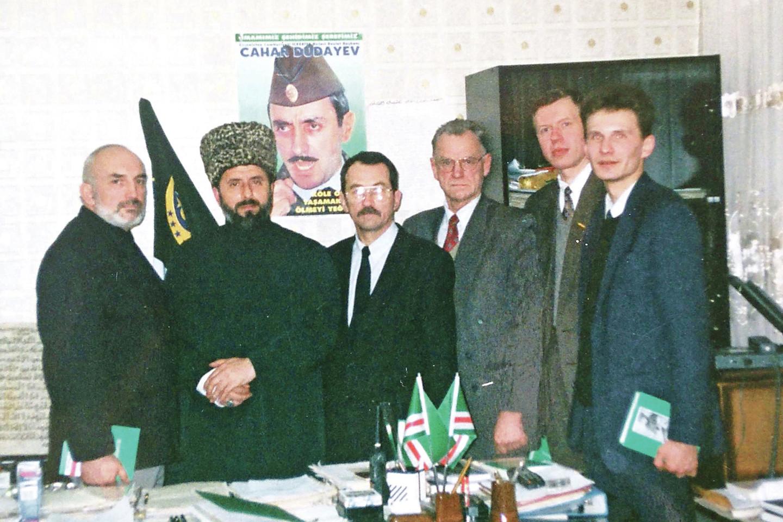 Iš kairės: A.Patackas, vienas čečėnų lyderių Z.Jandarbijevas, Romualdas Ozolas, Rytas Kupčinskas, Algirdas Endriukaitis, teisininkas D.Žalimas 1997 m. rinkimų Čeęėnijoje matu buvo ESBO stebėtojai.