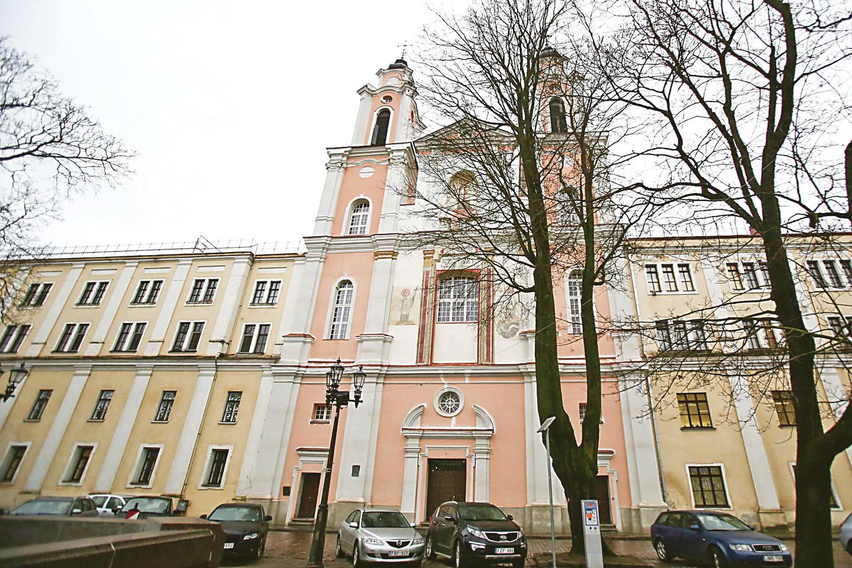 Po trijų šimtų metų Jėzuitų bažnyčios fasadas vėl atgavo pradinį vaizdą – rožinę spalvą. Pastato tvarkymo darbai tęsis ir kitamet.<br>G.Bitvinsko nuotr.