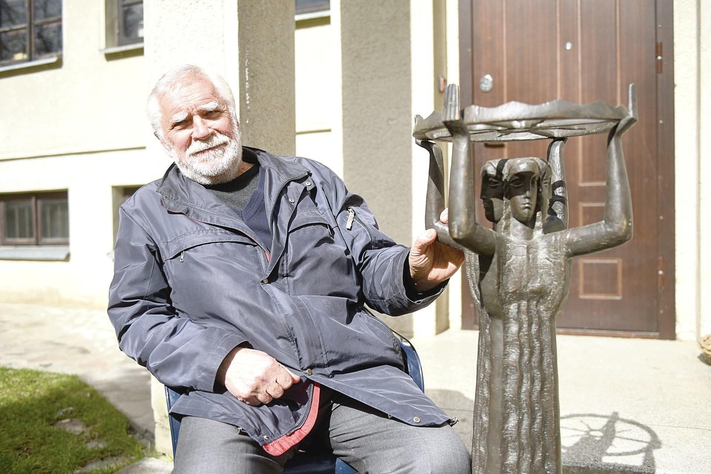 """Netekęs kantrybės E.Šaltis skulptūros """"Lietuva – legenda"""" kopiją, kuri A.Zuoko vadovavimo miestui laikais stovėjo sostinės mero kabinete, atsiėmė.<br>D.Umbraso nuotr."""
