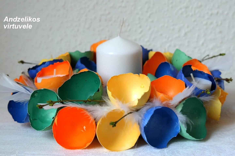 Spalvota dekoracija iš kiaušinių lukštų.<br>A.Labanauskas nuotr.