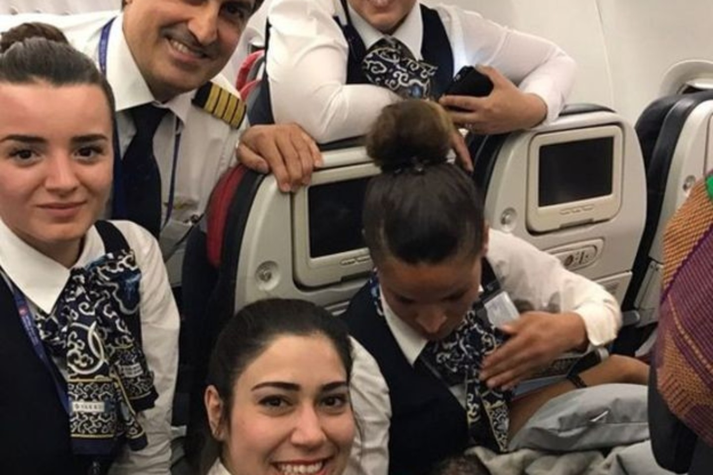 """Skrydžio palydovės džiaugėsi lėktuve atsiradusia nauja keleive.<br>""""Turkish Airlines"""" nuotr."""