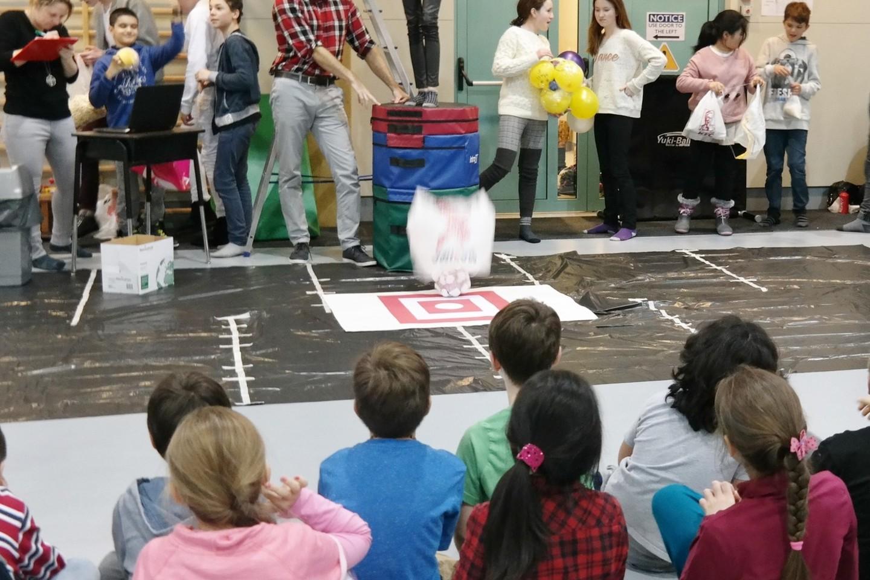 Artėjančiai tarptautinei Žemės dienai moksleiviai turėjo paruošti madų šou iš atliekų ir antrinių žaliavų, tinkamų perdirbimui.<br>Organizatorių nuotr.