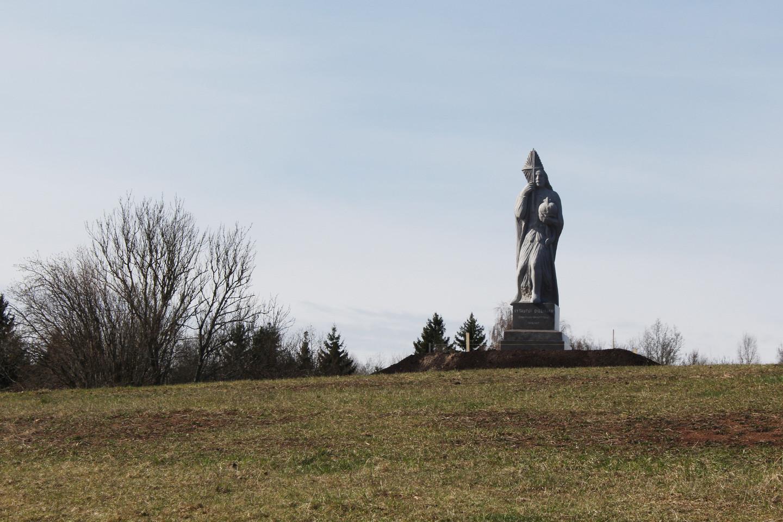 Paminklas Žemaitijos krikštytojui Vytautui Didžiajam iškilo ant kalvos, Pašatrės dvaro teritorijoje.<br>R.Vitkaus nuotr.