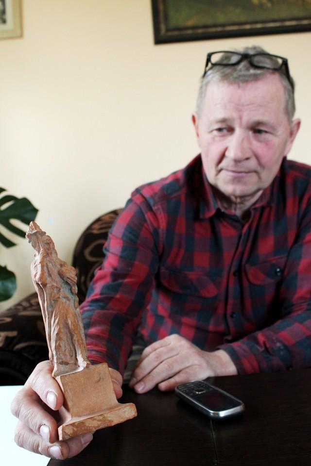 Iškalti Vytauto Didžiojo skulptūrą sutikęs A.Kmieliauskas V.Kondratui pirmiausia atsiuntė iš molio nulipdytą kūrinio maketą.<br>R.Vitkaus nuotr.