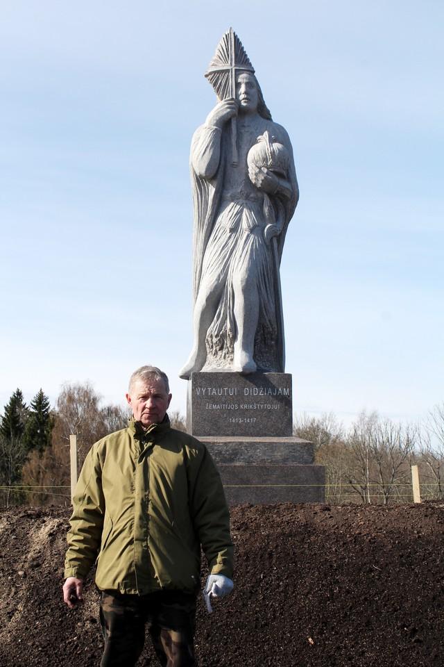 Žemaitijos krikšto 600 metų sukakčiai paminėti skirtą monumentą pastatė patriotinius jausmus puoselėjantis ūkininkas V.Kondratas.<br>R.Vitkaus nuotr.
