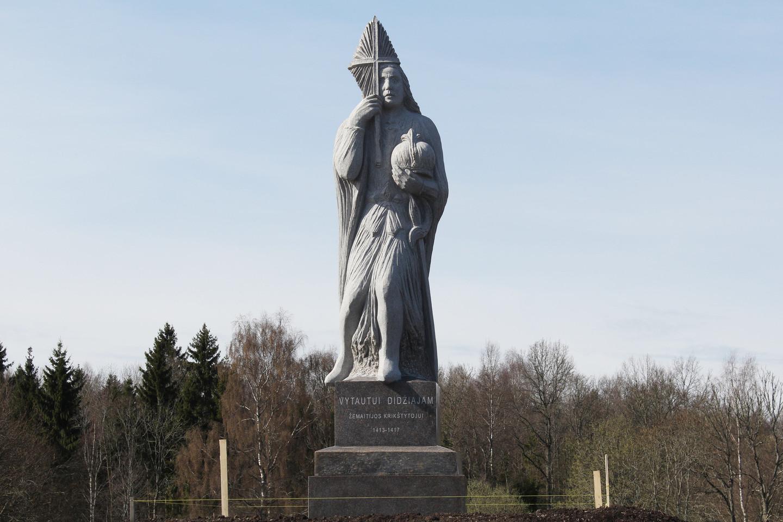 Keturių su puse metro dydžio Vytauto Didžiojo skulptūrą iš ukrainietiško granito iškalė Lietuvos nacionalinės premijos laureatas A.Kmieliauskas.<br>R.Vitkaus nuotr.