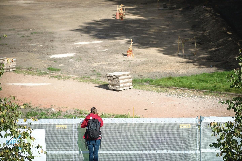 Prie statybvietę juosiančios tvoros dažnai galima pamatyti smalsuolių. (smalsu)<br>Vizualizacija