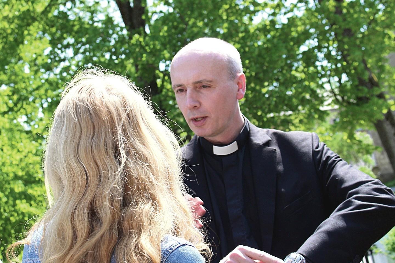 Kunigas D.Petkūnas bandė atremti Priekulės bažnyčios šventoriuje susirinkusių parapijiečių žeriamus priekaištus.<br>E.Kazlaučiūnaitės nuotr.