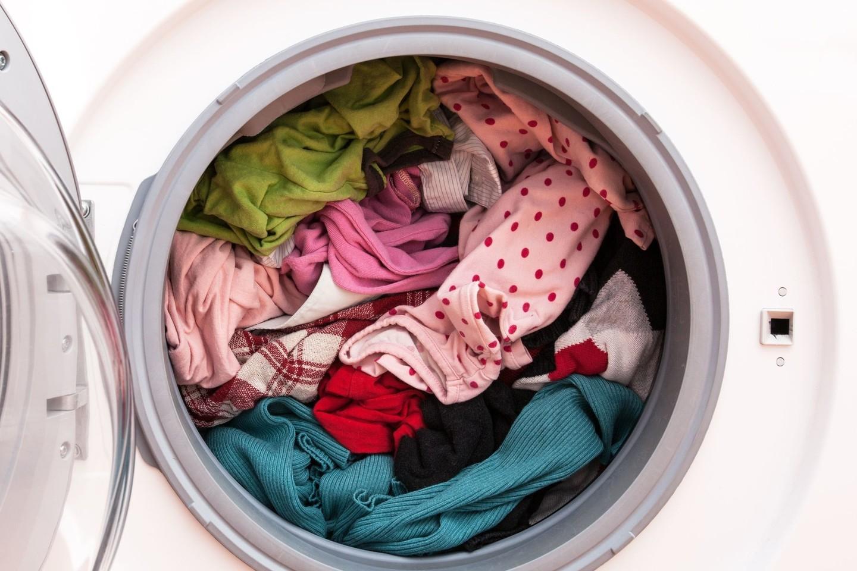 Į skalbyklę papildomai įpilta stiklinė acto išsaugos ryškias drabužių spalvas.<br>123 rf nuotr.