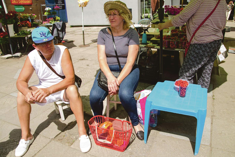 Eigulių turgavietėje raudonskruostes žemuoges parduodantys kauniečiai tikino, jog jas rinko pakaunės miškuose. Stiklinė šių uogų kainuoja 2,5–3 eurus.