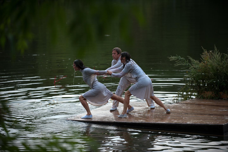 Aktoriai šėls krante ir vandenyje.<br>Organizatorių nuotr,