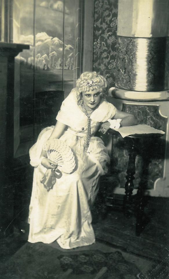 Marijos Simonos močiutė Antanina Švelnienė pasižymėjo įgimta elegancija, puikia laikysena ir mėgo retro stilių.