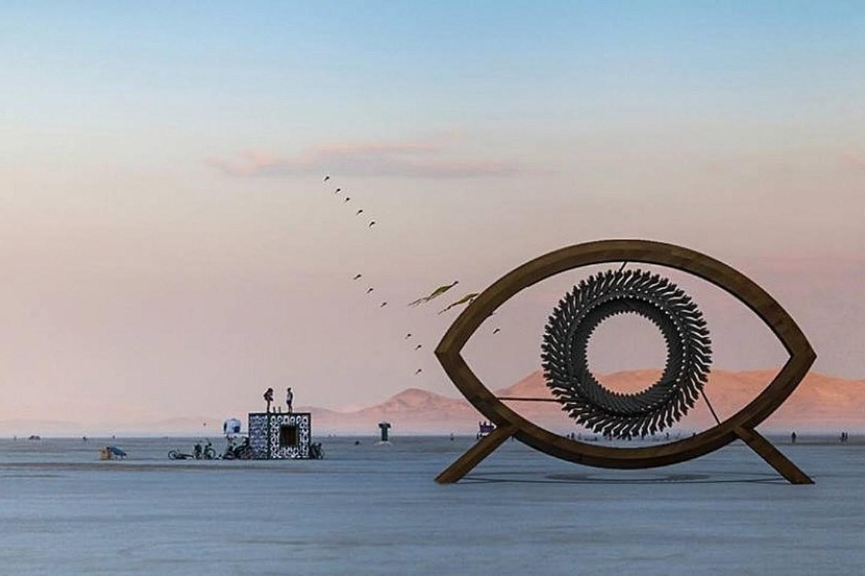 """Lietuvių komandos instaliacija """"Aušros šokis"""" – tai 4 m aukščio, 7 m pločio akis, kurios viduje sukasi 300 rankų ir formuoja hipnotizuojantį akies vyzdį.<br>VGTU nuotr."""