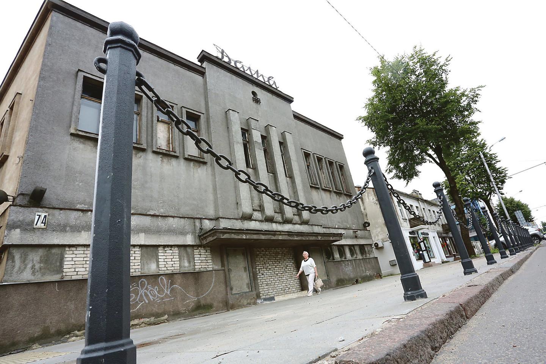 """""""Dainos"""" kino teatras Savanorių prospekte stovi apleistas, jame daug metų niekas nesikuria.<br> A.Barzdžiaus nuotr. iš LR archyvo"""