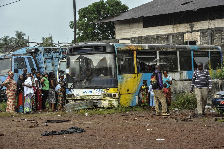 """Gvinėja – viena skurdžiausių pasaulio valstybių. Nuotraukoje matote išsirikiavusius žmones prie autobuse įrengtos balsavimo vietos per prezidento rinkimus.<br>""""Scanpix"""" nuotr."""