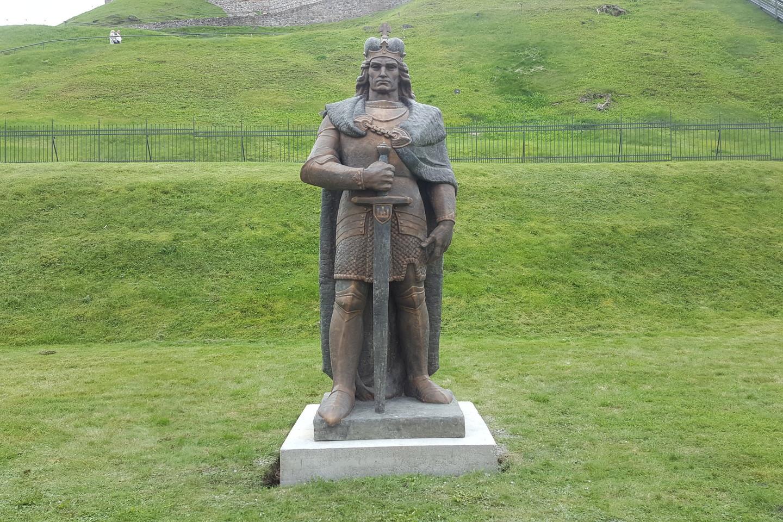 Vytauto Didžiojo skulptūra pastatyta Gedimino kalno papėdėje.<br>D.Umbraso nuotr.