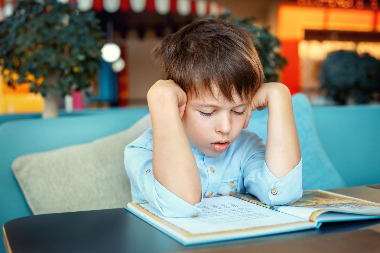 Dar vis gajūs mitai, kad jeigu vaikas blogai mokosi, reiškia, kad jis per mažai stengiasi, arba tiesiog jam reikia praleisti daugiau laiko prie knygų.<br>123rf nuotr.