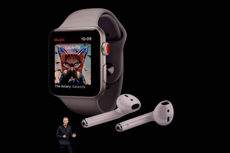 Apple pripažino, kad egzistuoja naujojo išmanaus laikrodžio Apple Watch 3 problema, susijusi su prisijungimu prie tinklo.<br>Scanpix/AFP nuotr.