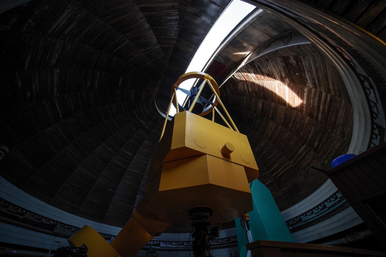 Pro prasivėrusį observatorijos bokšto kupolą patekusi šviesa nukeliauja į teleskopą.<br>V. Ščiavinsko nuotr.