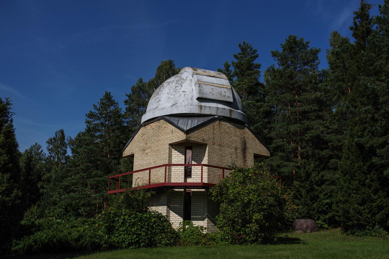 Molėtų astronomijos observatorijoje dangaus kūnų tyrimams naudojami keli teleskopai. Šiame observatorijos bokšte yra įrengtas 63 cm skersmens teleskopas.<br>V. Ščiavinsko nuotr.
