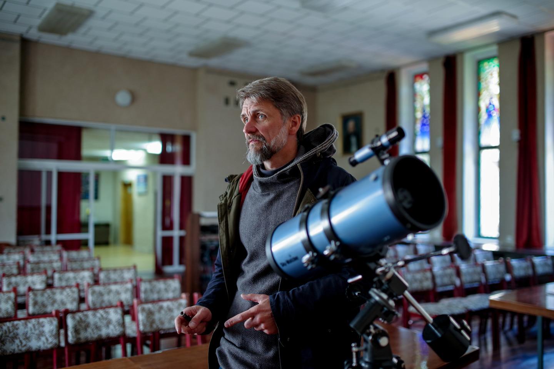 Saulius Lovčikas aiškino, kad ši vieta observatorijai įrengti buvo pati tinkamiausia: Kulionyse dangus tamsus, teritorija mažai apgyvendinta.<br>V. Ščiavinsko nuotr.