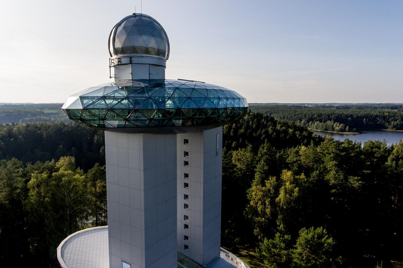 Vaizdas iš skraidyklės:Etnokosmologijos muziejus smalsuolius vilioja ir įspūdinga statinių architektūra.<br>V. Ščiavinsko nuotr.