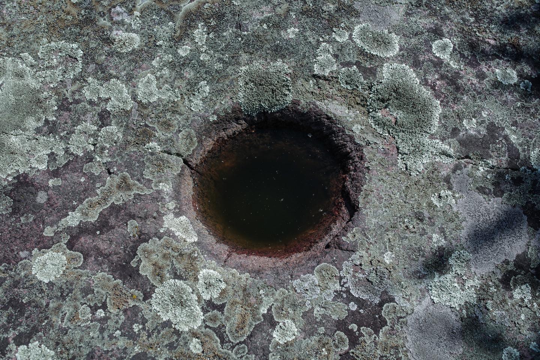 Netoli teleskopų bokštų yra šventųjų mitologinių akmenų rinkinys. Tai dubenuotieji akmenys, senovėje naudoti saugoti gydomajam Perkūno vandeniui.<br>V. Ščiavinsko nuotr.