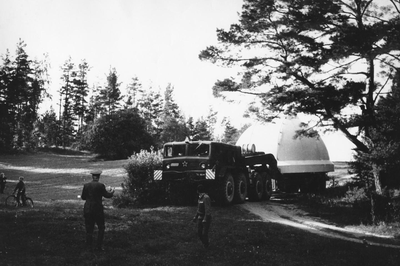 Į observatoriją atvežamas bokšto kupolas.<br>Molėtų astronomijos observatorijos archyvo nuotr.