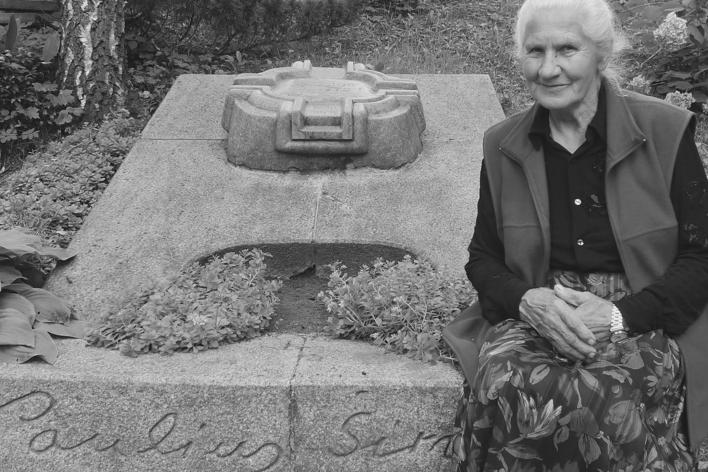 B.Širvienė prie savo vyro P.Širvio kapo.<br>E.Taunytės nuotr.