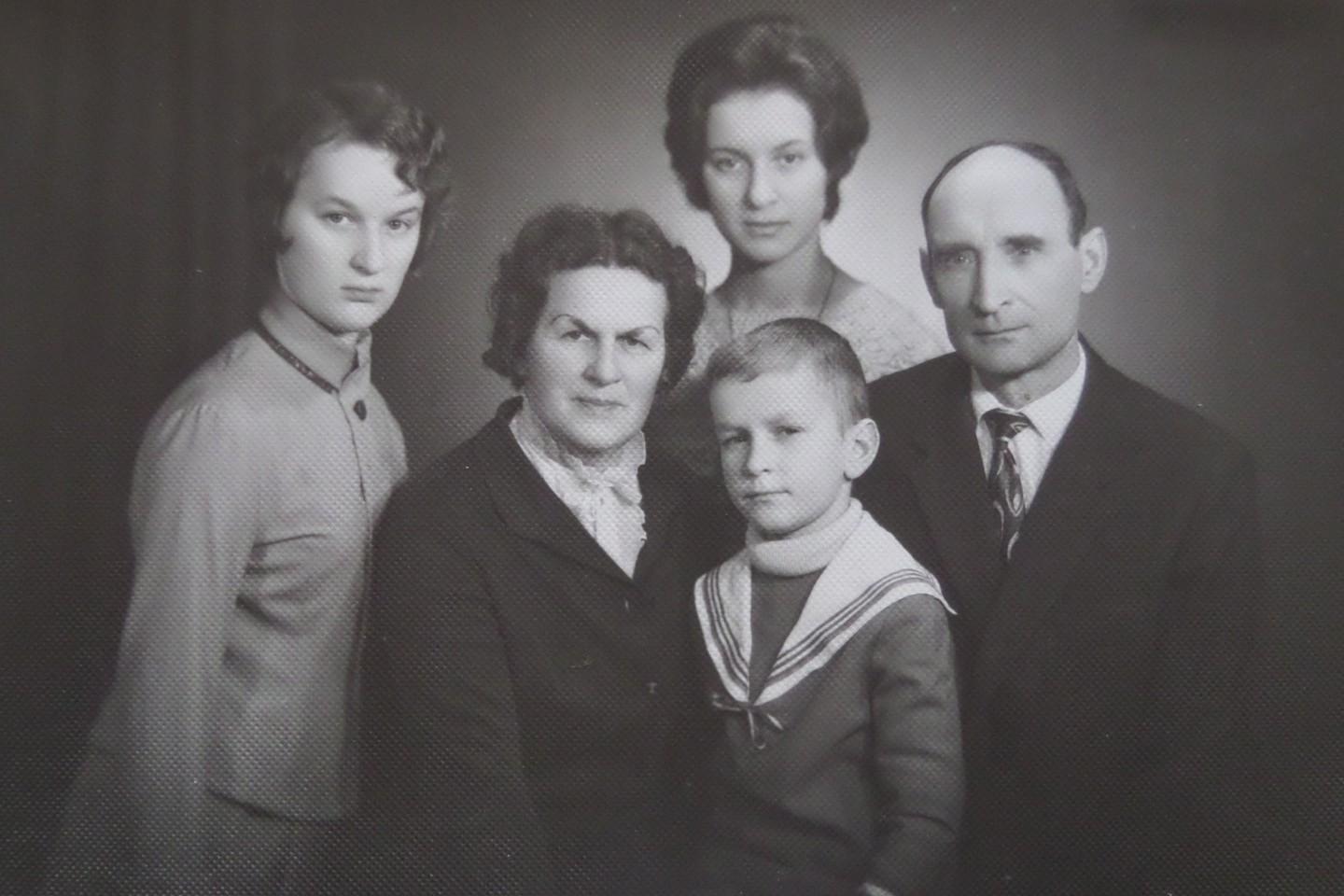 J.Laucė su šeima 1971 m.<br>Lietuvos ypatingojo archyvo nuotr.