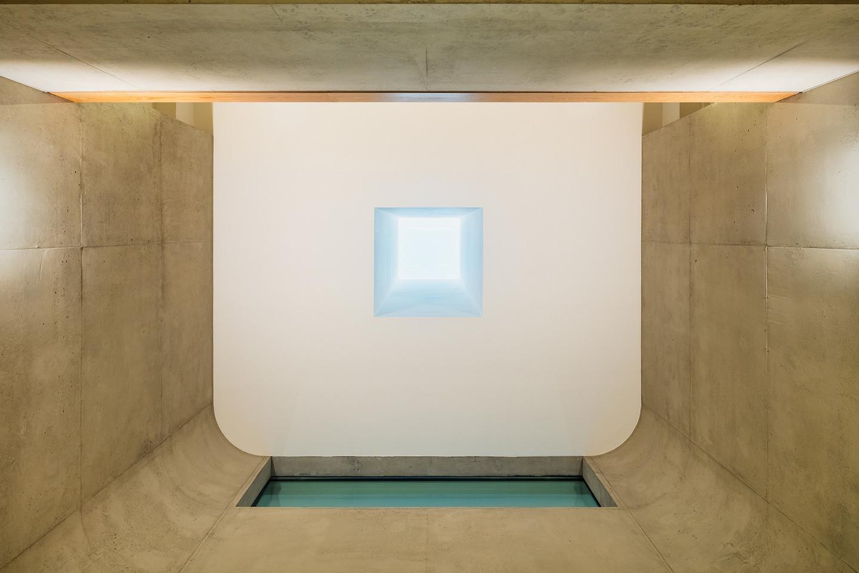 Laikantis Rytų architektūros tradicijų, naujasis būstas suformuotas kvadratu, kuris supa per du aukštus kylančią tuščią ertmę centre.<br>K.Shino/archdaily.com nuotr.