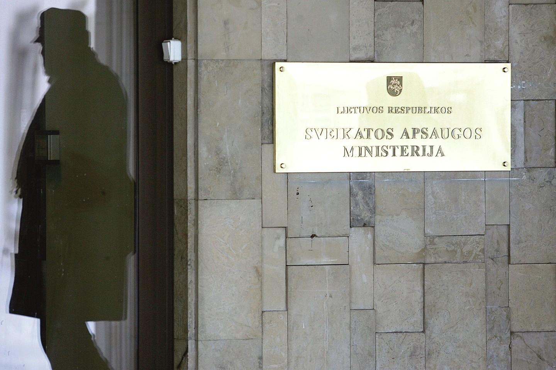 Su kelerius metus teisėsaugos spaudžiamu Panevėžio ligoninės vadovu I.Dorošu (nuotr. kairėje) kalbėjęsis sveikatos apsaugos ministras A.Veryga mano, kad medikas turėjo trauktis pats.<br>M.Patašiaus nuotr.