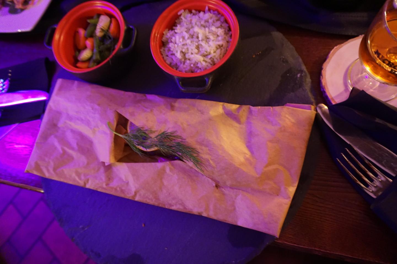Popieriaus viduje - šviežias upėtakis, šalia - ryžiai ir keptos daržovės.<br>G.Balčiūtės nuotr.
