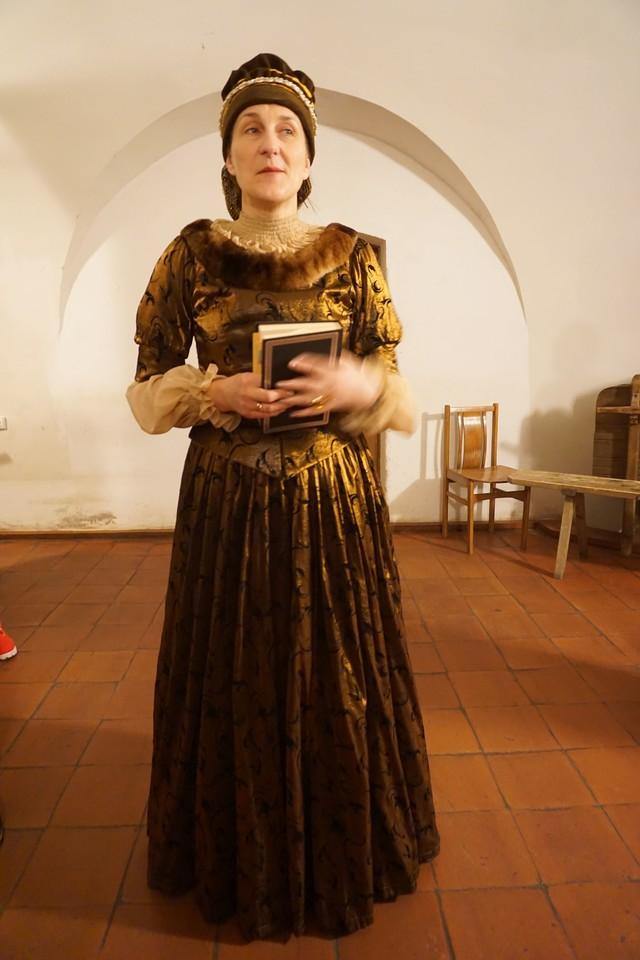 Biržų pilyje ekskursiją vedė štai tokia dama.<br>G.Balčiūtės nuotr.