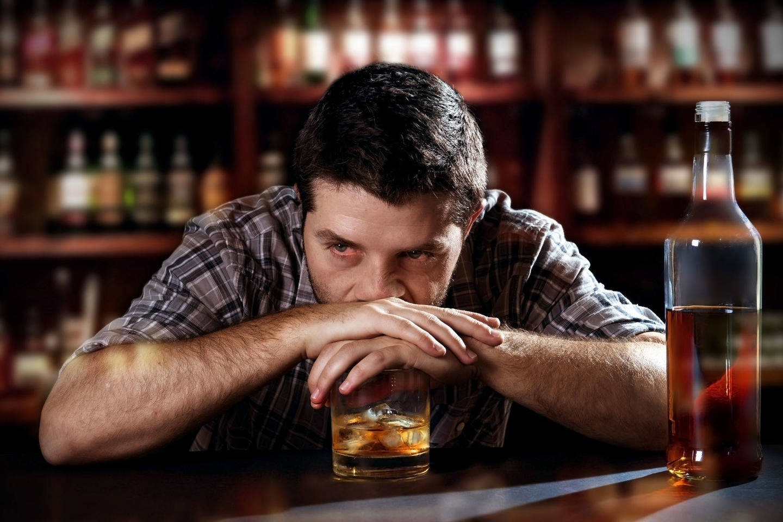 Vienas alkoholikas į ligą įtraukia apie 20 žmonių.<br>123rf.com nuotr.