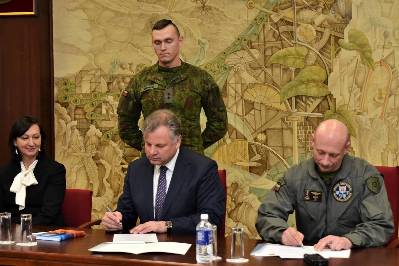 Klaipėdos universiteto ir Karinių oro pajėgų vadovai pasirašė sutartį.<br>KU nuotr.