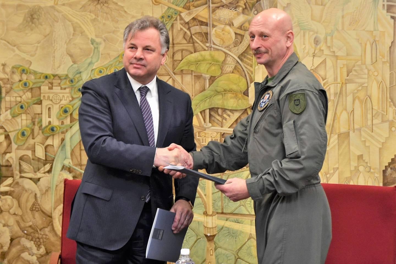 Istorikai ir kariškiai pasirašė bendradarbiavimo sutartį.<br>KU nuotr.