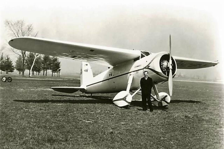Feliksas Vaitkus prie lėktuvo, kuriuo perskrido Atlantą.<br>KU nuotr.