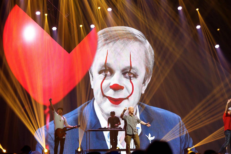 """""""G&amp;G Sindikato"""" sumanymas """"perpiešti"""" R.Karbauskio fotografiją internete išplito žaibiškai.<br>R.Danisevičiaus nuotr."""