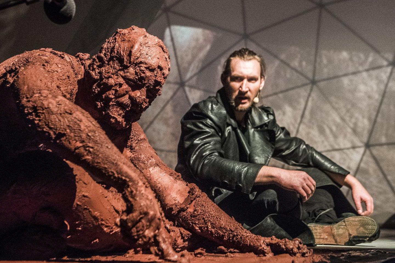 Senį vaidinantis aktorius E.Pavilionisvisą antrąjį veiksmą sėdi aplipintas moliu.<br>D.Matvejevo nuotr.