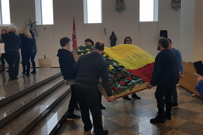 """Kauno floristai sukūrė įspūdingą kompoziciją iš 1000 gvazdikų.<br>Parduotuvės """"Gėlių šalis"""" nuotr."""