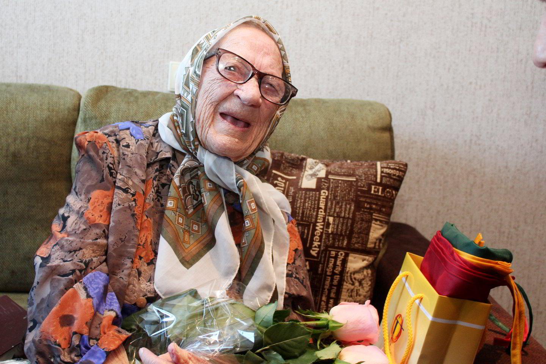 110 metu sulaukusi M.Stonienė sveikata nesiskundžia.<br>R.Vitkaus nuotr.