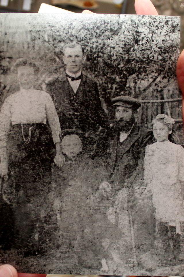 Malvyna su savo tėvais, dėde ir broliu.<br>R.Vitkaus nuotr.