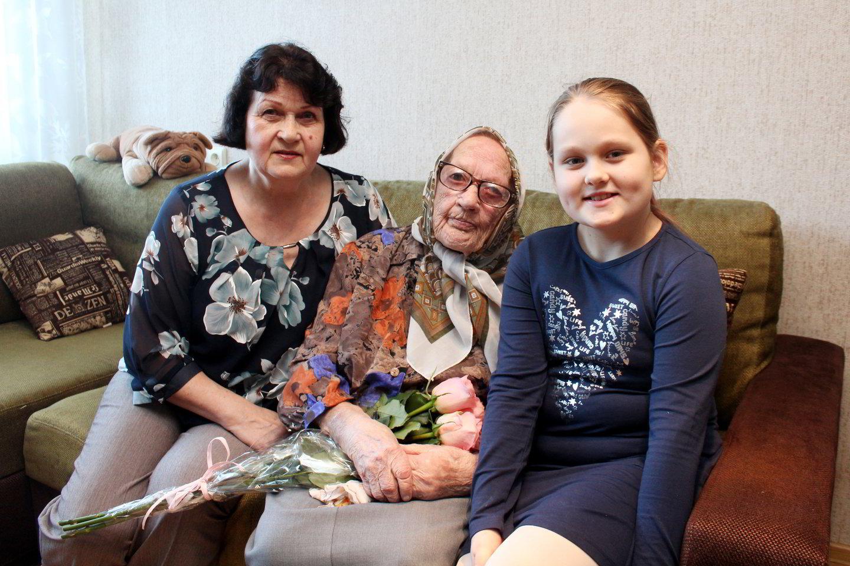 M.Sonienė su dukra A.Rozenbergeriene ir proanūke Elija.<br>R.Vitkaus nuotr.