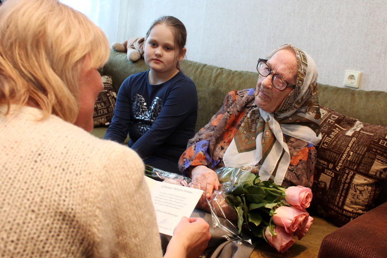 110 metų sulaukusią M.Stonienę pasveikinoŠiaulių miesto civilinės metrikacijos skyriaus vedėja V.Melenienė.<br>R.Vitkaus nuotr.