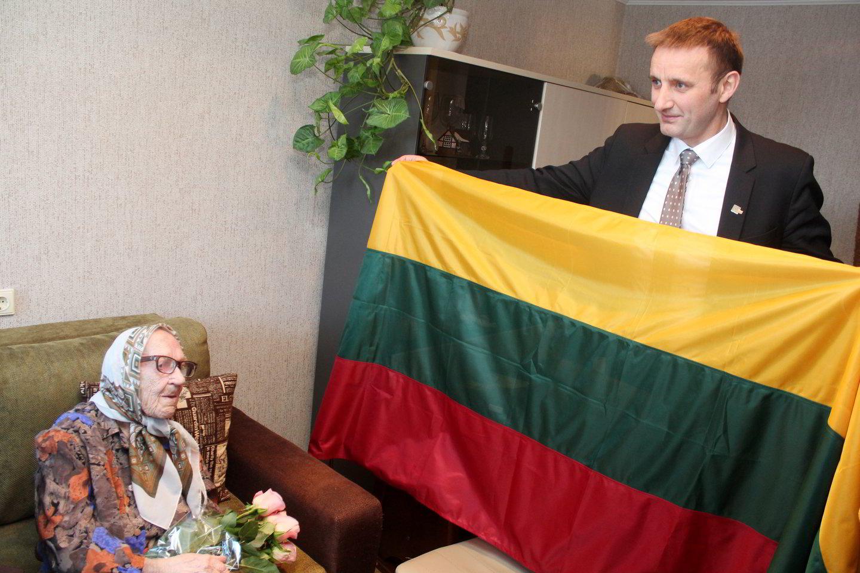 Šiaulių miesto meras A.Visockas vyriausiajai šiaulietei dovanojo Trispalvę.<br>R.Vitkaus nuotr.