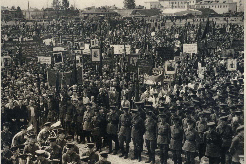 Komunistų mitingas, skirtas Sovietų Sąjungos agresijai prieš Lietuvą ir Liaudies vyriausybei paremti. Kaunas, P.Vileišio aikštė. 1940 m. birželio 24 d.<br>Lietuvos ypatingojo archyvo nuotr.