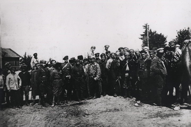 Komunistų ginkluoto būrio kariai, kovoję su Lietuvos kariuomene. 1919 m.<br>Lietuvos ypatingojo archyvo nuotr.