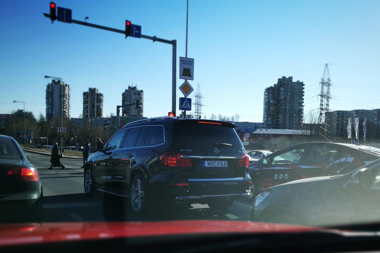 Vardiniai numeriai M0CKBA sulaukia daug vairuotojų dėmesio.<br>Lrytas.lt nuotr.